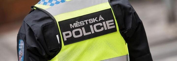 Muž měl napadnout 80letého člena ochranky supermarketu v Brně. Udeřil jej pěstí kvůli žádosti o nasazení roušky
