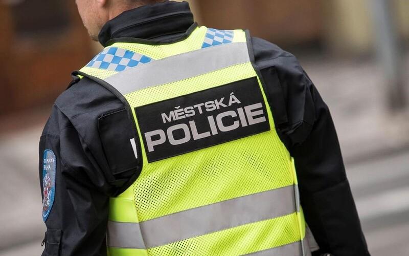 Pokuta na místě za nenasazený respirátor? Vláda vrací do hry novelu, která by posílila pravomoci policie.