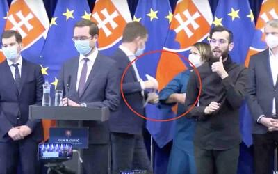 Video: Igor Matovič sa po tlačovke zdravil s kolegami lakťami, novodobý pozdrav si obľúbili aj minister a hygienik