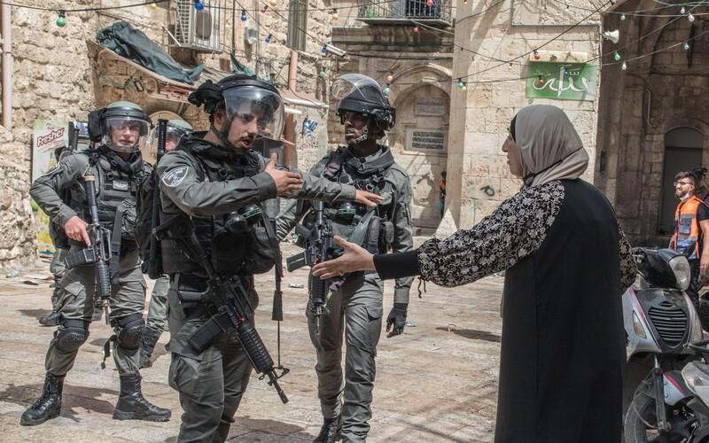 Raketové útoky, dvě desítky mrtvých a stovky raněných. Násilí mezi Izraelem a Palestinou opět eskaluje.