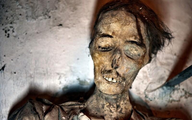 Záhadné múmie pochované v člnoch v čínskej púšti majú neočakávaný pôvod, odhaľuje nová štúdia ich DNA.
