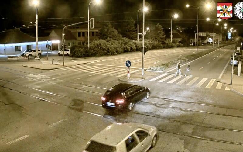 VIDEO: Desivá nehoda v Brne. Vodič v plnej rýchlosti zrazil ženu priamo na priechode.