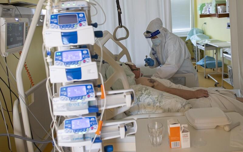 KORONAVIRUS: Pandemie stále sílí. V Česku tento týden zemřely desítky lidí.