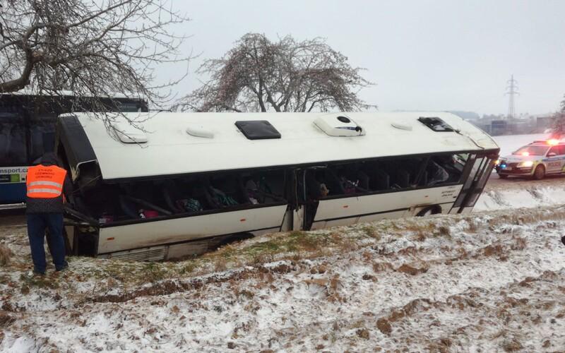Na Jihlavsku havaroval autobus plný dětí. Na místě je nejméně 10 zraněných.