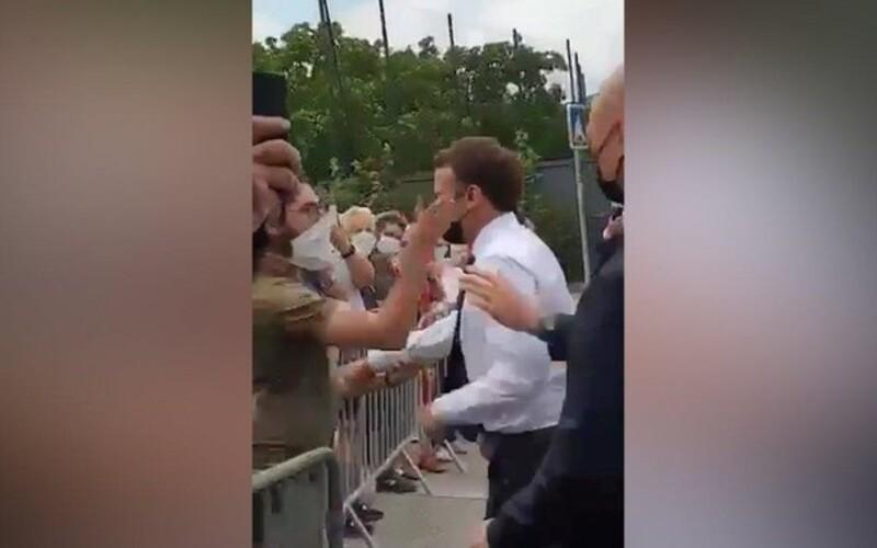 VIDEO: Francouzský prezident Macron dostal na setkání s veřejností facku.