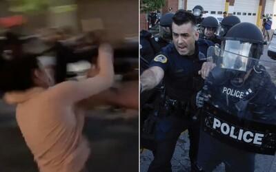 Žena se po napadení policistou svíjela na zemi, muži stáhli roušku a nasprejovali slzný plyn do obličeje. Policisty suspendovali.