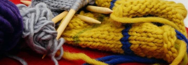 Češi založili projekt, díky kterému můžeš mít vlastní pletené ponožky od babičky. Každý pár je skutečný originál