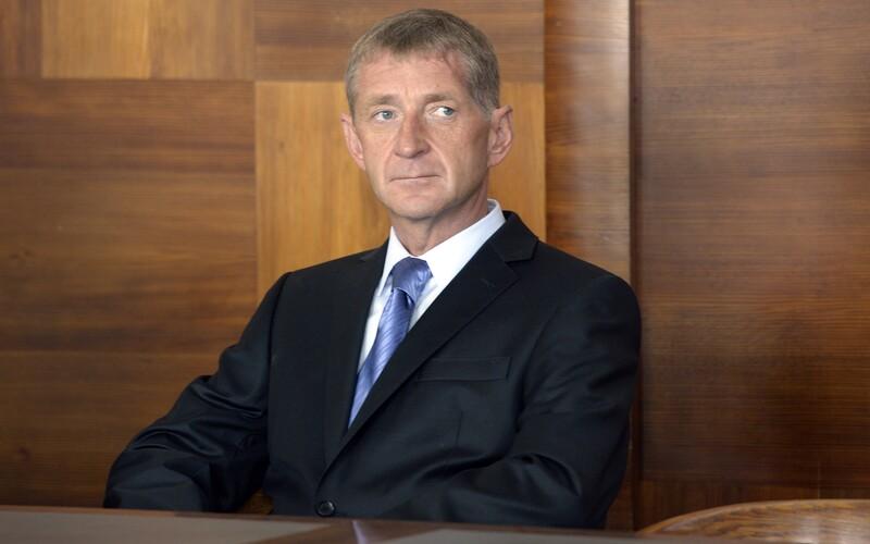 Janoušek se stále vyhýbá vězení. Soud vydal příkaz k jeho zadržení.