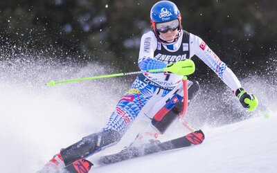 Slovenská lyžiarka Petra Vlhová je zatiaľ prvá! V prvom kole slalomu Svetového pohára vo Flachau zdolala Shiffrinovú výrazne o 0,6 sekundy.