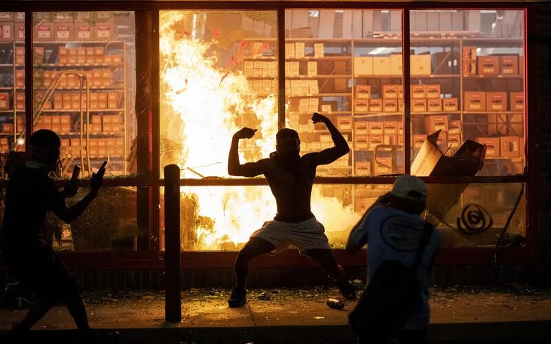 Města v USA se zmítají v protestech. George Floyd nebyl prvním Afroameričanem, který zemřel po nepřiměřeném zákroku policie
