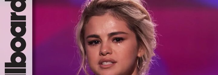 Selena Gomez neudržela slzy, když si od kamarádky, která jí darovala ledvinu, přebírala cenu Žena roku. Bez ní by na pódiu nestála