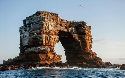 Ikonický Darwinov oblúk na Galapágach sa zrútil. Zostali z neho trčať len dva stĺpy.