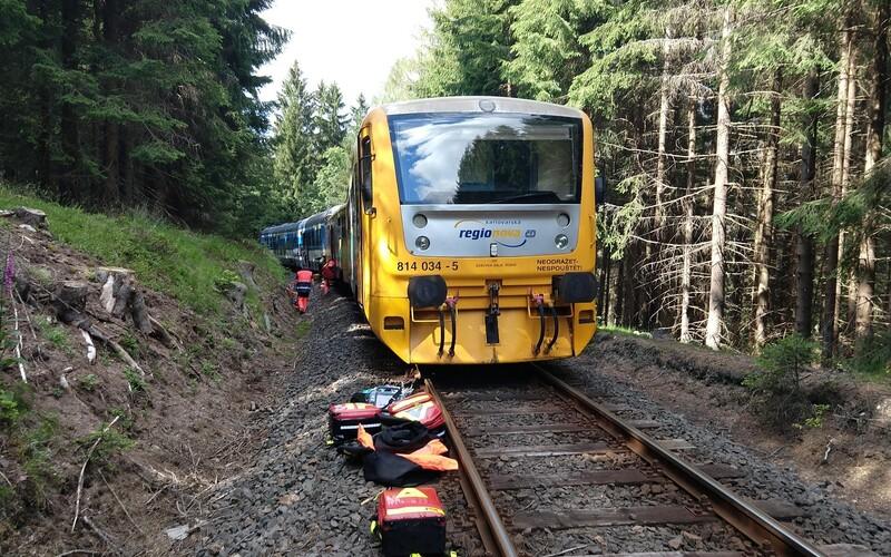 Na Karlovarsku se srazily dva vlaky. Na místě jsou nejméně 2 mrtví a desítky zraněných.