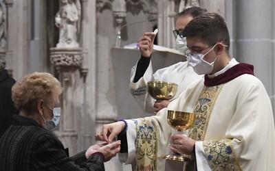 Vráťte ľuďom čo najskôr bohoslužby, žiadajú biskupi vládu. Náboženský život podľa nich nemôže fungovať cez obrazovky.