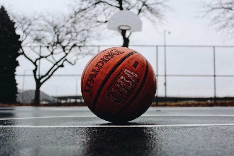 Predstav si, že existuje svetový rekord v točení basketbalovej lopty na zubnej kefke. Uhádni, ako dlho sa podarilo baketbalovú loptu točiť.