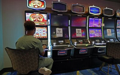 Abstinující gambler Roman: Od večera do rána jsem utíkal od problémů za blikajícím strojem, který mi byl nejlepším kamarádem