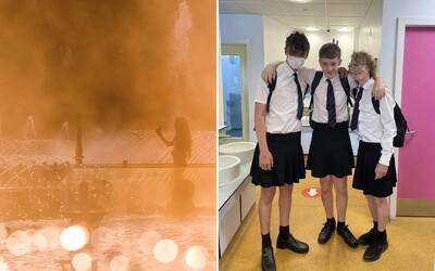 Britská škola zakázala chlapcům nosit ve vedrech krátké kalhoty. Na protest začali nosit sukně.