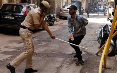 Občany, kteří poruší zákaz vycházení, policisté bijí holemi nebo je nutí dělat kliky. Indie boj s koronavirem nezvládá.