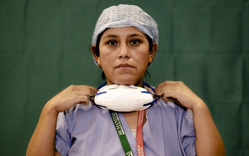 Zdravotní sestry v ohnisku koronaviru v New Yorku vydělávají přes 10 000 dolarů týdně.