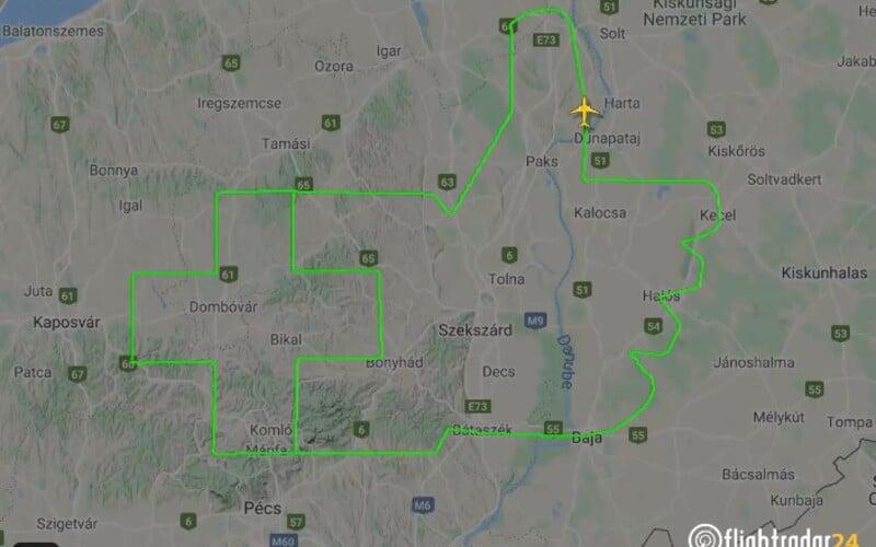Maďarský pilot originálně projevil lékařům uznání: obletěl trasu ve tvaru zdviženého palce.