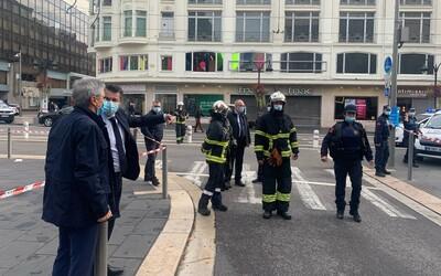 Útočník ve francouzském kostele uřízl ženě hlavu nožem a zabil další dva lidi. Úřady útok vyšetřují jako terorismus.