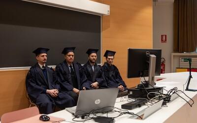Univerzita Komenského spustila historicky prvé online štátnice. Cez internet budú ako prví odpovedať lekári. Za jeden deň by mala každá komisia vyskúša približne desať študentov.