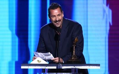 Adam Sandler získal významné ocenenie za svoj výkon v Uncut Gems. Počas ďakovnej reči si robil srandu zo seba,  kolegov aj Oscarov
