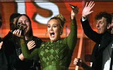 Adele přelomila svoji cenu Grammy vejpůl, aby se rozdělila s Beyoncé. Americká zpěvačka si ji dle ní zasloužila mnohem víc