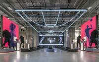 adidas otvoril v New Yorku svoju najväčšiu predajňu na svete. Je inšpirovaná stredoškolskými štadiónmi