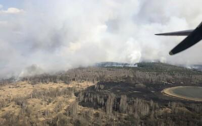 Zónu černobyľskej jadrovej elektrárne devastuje požiar, ktorý spôsobuje zvýšené žiarenie. Zasahuje tam 120 hasičov.