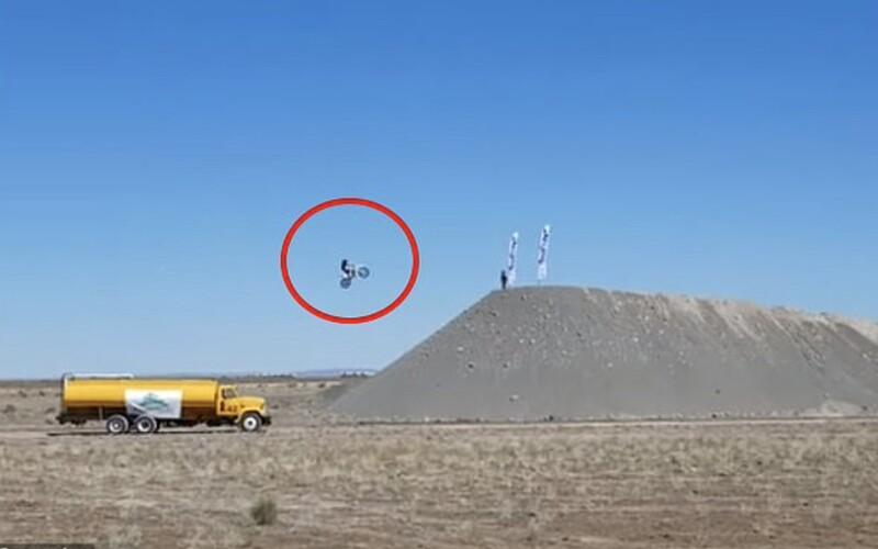 Kaskadér Alex Harvill zemřel při pokusu o rekord. Jeho poslední skok zachytili na kameru.