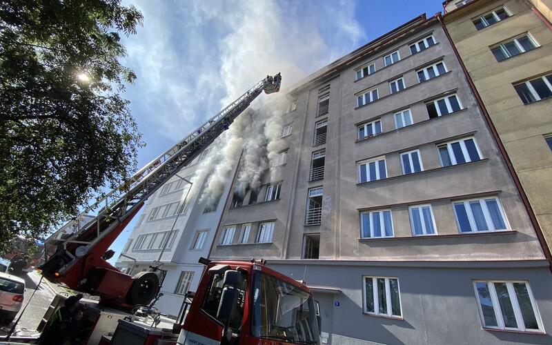 VIDEO: V domě v Holešovicích se ozval výbuch, po něm vzplály dva byty. Jedna osoba zemřela, další musely být evakuovány.