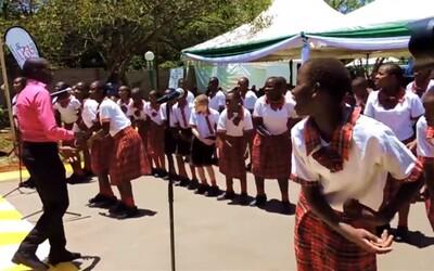 Afričtí školáci z Keni zazpívali tradiční slovenskou písničku Tancuj, tancuj, vykrúcaj
