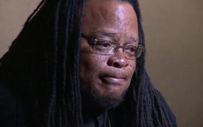 Afroamerický ochrankár vyzval študenta, aby prestal s rasistickými urážkami. Strážnika vyhodili