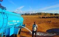 Ak im každý deň neprinesie vodu, zvieratá kvôli suchu zomrú. Afričan Patrick nemohol dopustiť, aby nevinné stvorenia trpeli