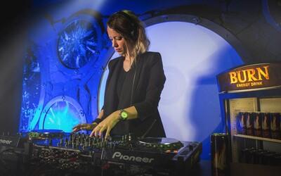 Aké je to dostať sa priamo do epicentra techno muziky? DJ Missberry nám porozprávala o tom, čo jej priniesla Ibiza