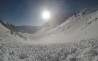 Aké je to padať v lavíne? Snowboardista chcel zakúsiť adrenalín, nebyť vianočného darčeka, už by bolo po ňom