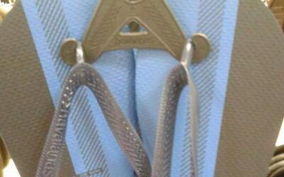 Akej farby sú tieto šľapky? Ďalší kus oblečenia pokračuje v stopách legendárnych šiat a internet sa opäť nevie zhodnúť