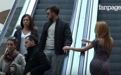 Jak bys zareagoval na nečekaný dotyk rukou s kráskou či fešákem na eskalátorech? Lidé zůstali zaskočeni, ale očividně se jim to líbilo