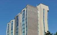 Ako na 10. poschodí hotela Double Tree by Hilton mali deliť tendre farebnými krúžkami a spôsobiť škodu 42 234 148,40 eur s DPH