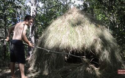Ako postaviť prístrešok z trávy za pomoci obyčajných materiálov a holých rúk?