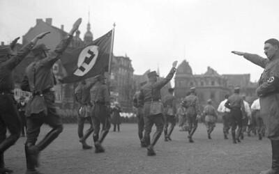 Ako sa Adolf Hitler dostal na vrchol svojej moci? Pôsobivé fotografie zachytávajú vývoj nesmelého umelca na neľútostného diktátora