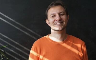 Ako sa na Slovensku žije nepočujúcim? Odpovedá nepočujúci otec, manžel, lingvista a moderátor televíznych správ (Rozhovor)