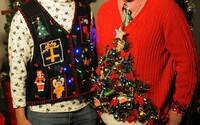 Ako si navodiť tú pravú vianočnú atmosféru? Vyrob si škaredý sveter so svetielkami či stromčekom