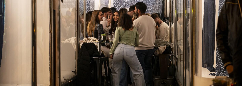 Jaké to bude, až se u nás otevřou bary a kluby? Někteří se už nikdy nevrátí, jiní zase nebudou vědět, co na sebe
