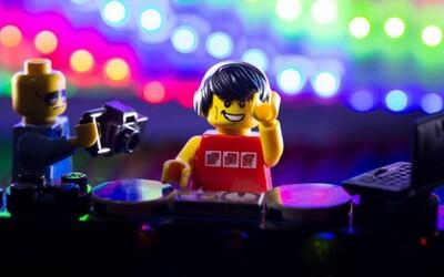 Ako to vyzerá, keď žúrujú LEGO postavičky?