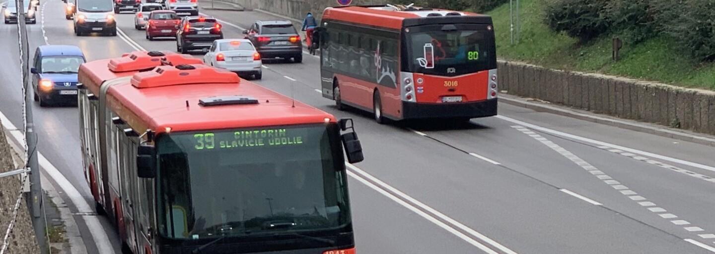 Ako vyzerá bežný deň revízora v Bratislave? Kontrolujú vždy vo dvojiciach, robia audiozáznam a majú so sebou SBS-kára (Rozhovor)