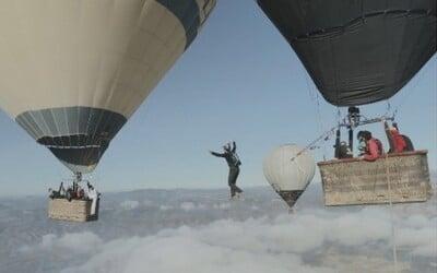 Ako vyzerá chodenie po lane nad oblakmi medzi dvojicou balónov?
