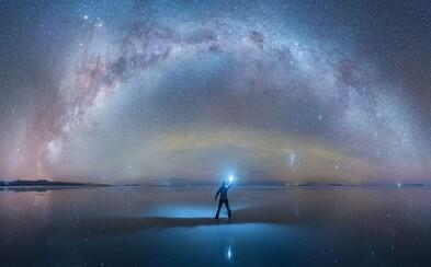 Ako z rozprávky. Mliečna dráha sa v celej svojej kráse odráža od prírodného zrkadla