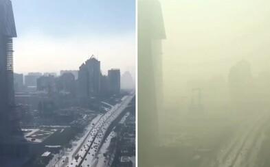 Akoby prichádzala apokalypsa zo vzduchu. Hrozivé video zachytáva hustý smog podmaňujúci si Peking, ktorý zostal úplne paralyzovaný